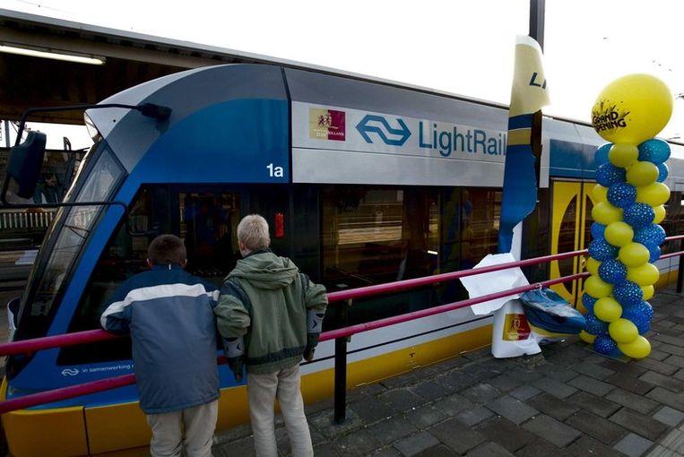 Tussen Alphen en Gouda rijdt al een lightrail als proef voor de RijnGouweLijn. © ANP Beeld null