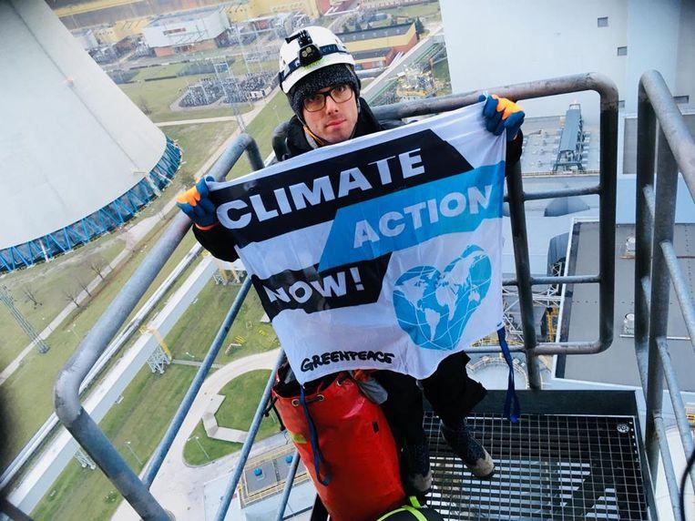 Een activist van Greenpeace voert op 27 november actie in de toren van de kolencentrale van Belchatow in Polen, het land waar de cruciale klimaattop plaatsvindt. Beeld AFP