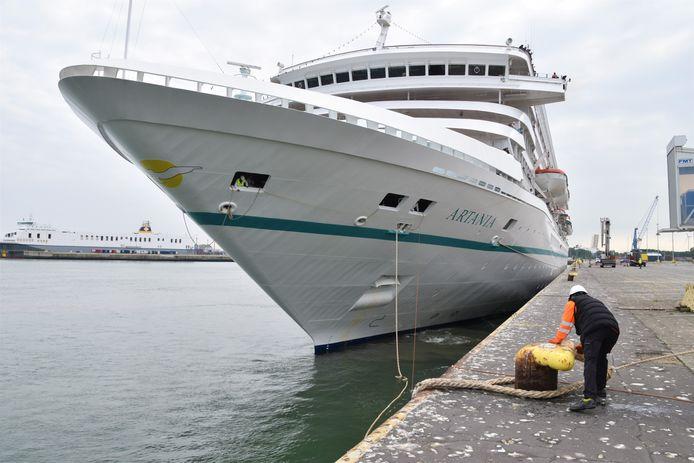 De MS Artania ligt in de Zeebrugse haven.