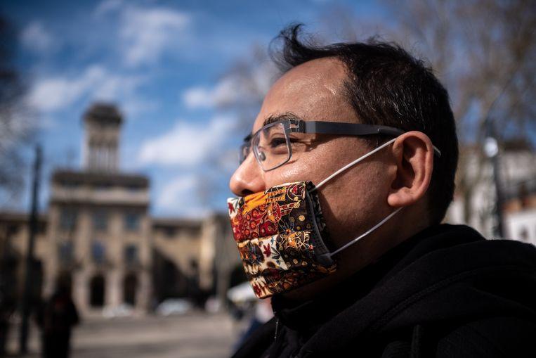 Een man met zelfgemaakt mondmasker. Beeld Joris Van Gennip
