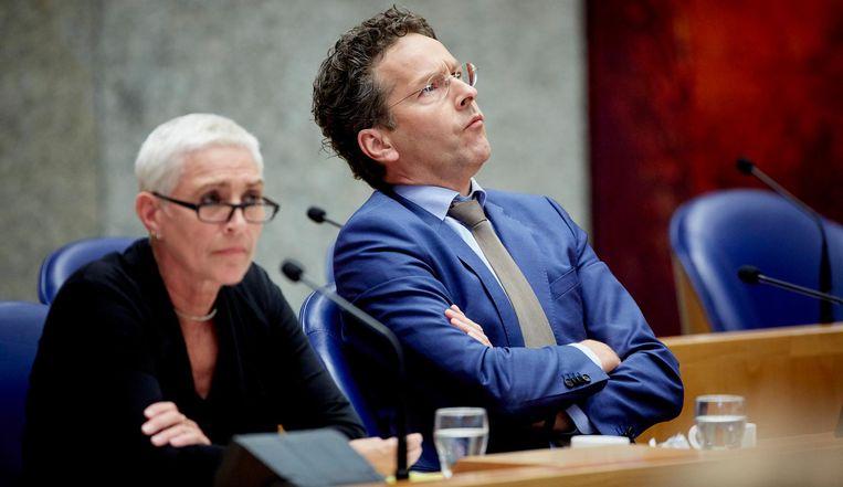 Minister Jeroen Dijsselbloem van Financien (R) en toenmalig staatssecretaris Wilma Mansveld van Infrastructuur en Milieu in 2015 tijdens het debat over de rol van de NS bij de aanbesteding van openbaar vervoer in Limburg. Beeld anp