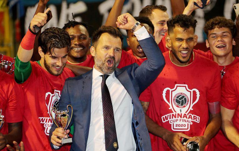 Ivan Leko en zijn Antwerp-spelers vieren hun winst in de bekerfinale.  Beeld REUTERS