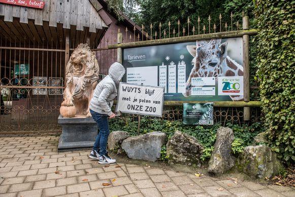 """Vlaams minister van Dierenwelzijn Ben Weyts sloot in oktober 2017 de Olmense Zoo voor een maand, iets waar veel bezoekers allerminst mee waren opgezet. Met dit protestbord maakten ze hun ongenoegen duidelijk: """"Wuyts (sic) blijf met je poten van onze zoo."""""""