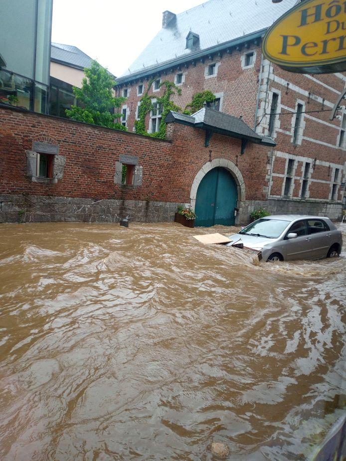 De wagen van de familie Embrecht stroomde 300 meter verder met het water.