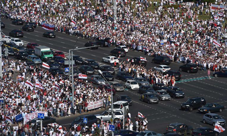 Op het protest tegen de verkiezingsuitslag van gisteren was volgens lokale media een recordaantal van tweehonderdduizend mensen afgekomen. Beeld AFP
