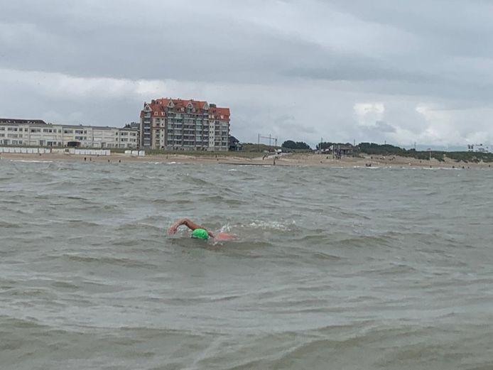 Marieke zwemt in Westende rond 11 uur