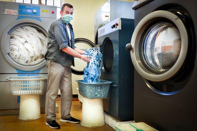 """Peter: """"Ik ben blij met mijn job in de wasserij, maar nu moet ik soms uren aan een stuk mondmaskers strijken. Het zijn er dagelijks meer dan zestig. Die worden allemaal op 90 graden gewassen. Dan zijn we zeker dat die coronabeesten dood zijn."""" Beeld Lieve Blancquaert"""