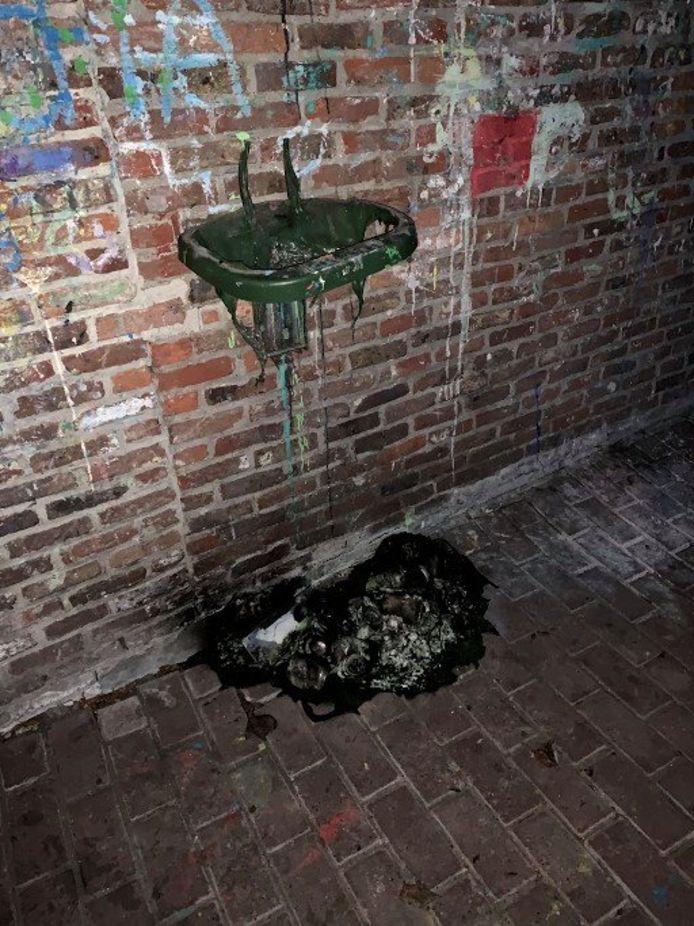 De vandalen staken ook een vuilnisbak in brand