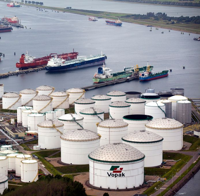 Opslagtanks in de Rotterdamse haven.
