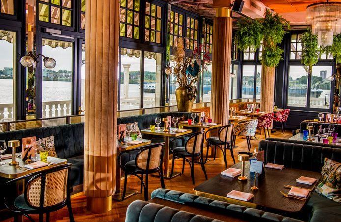 Het Zalmhuis: ook de eetzaal is in dezelfde overdadig gedecoreerde, luxe en toch warme stijl ingericht. Bijna on-Rotterdams indrukwekkend.