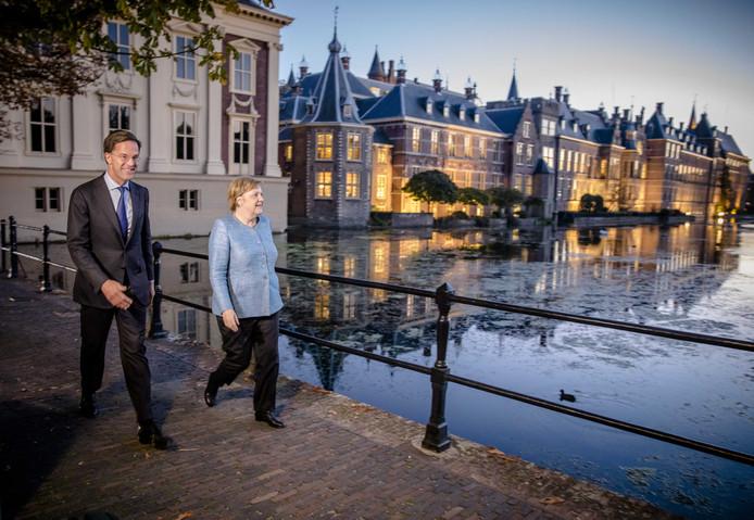 Premier Mark Rutte en bondskanselier Angela Merkel lopen langs de Hofvijver in Den Haag. In aanloop naar de Europese Raad spreken de premier en de bondskanselier in het Torentje over actuele zaken op de Europese agenda zoals de Brexit.