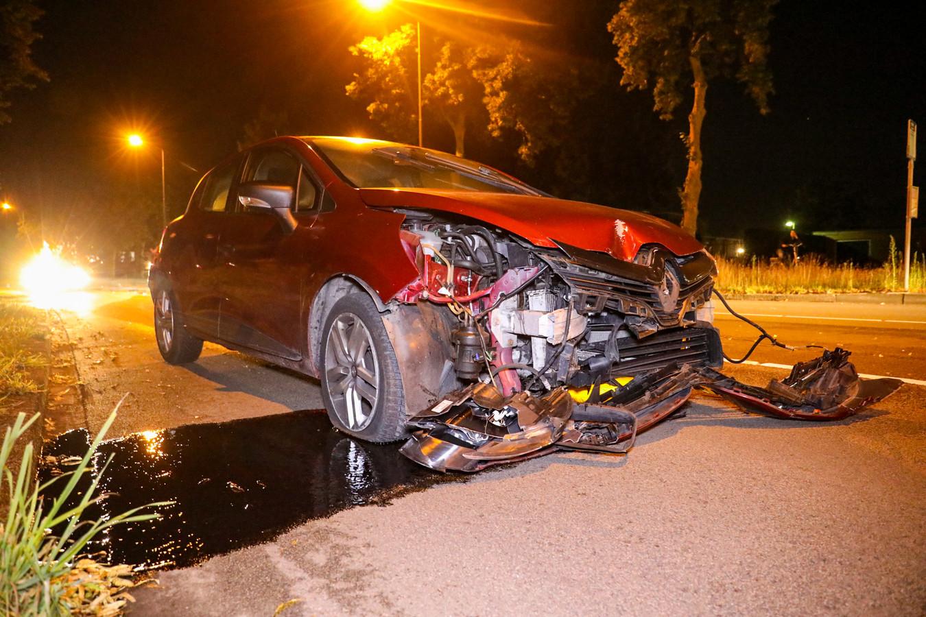 De zwaar beschadigde auto lekte ook veel olie.