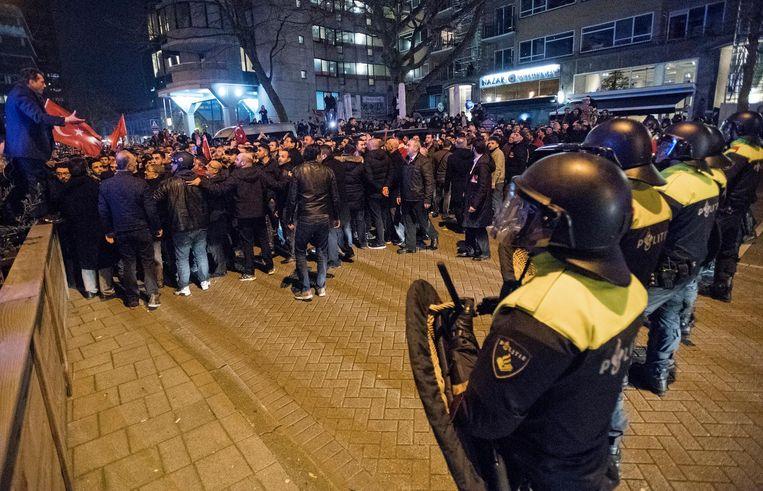 Mobiele eenheid beëindigt zaterdagavond de grote demonstratie bij het Turkse consulaat in Rotterdam. Beeld ANP