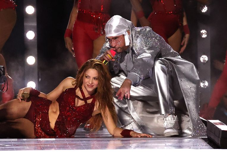De Colombiaanse zangeres Shakira en de Puerto Ricaanse zanger Bad Bunny tijdens de halftime show.