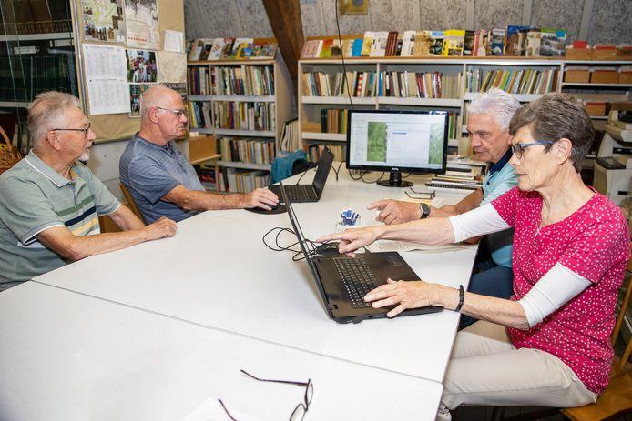 De kadasterwerkgroep van heemkundekring De Baronie van Cranendonck legt de laatste hand aan het historische zoeksysteem. Vlnr: Bert Staals, Harry van Heugten, Sjors van Cranenbroek en Annie Staals-Jacobi.