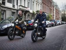 Ruud Gullit rijdt rond op Achterhoekse brommer in Amsterdam: 'Hij was mijn jeugdheld'