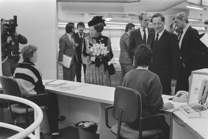Koningin Beatrix opent in januari 1985 'O & W', rechts minister Wim Deetman.