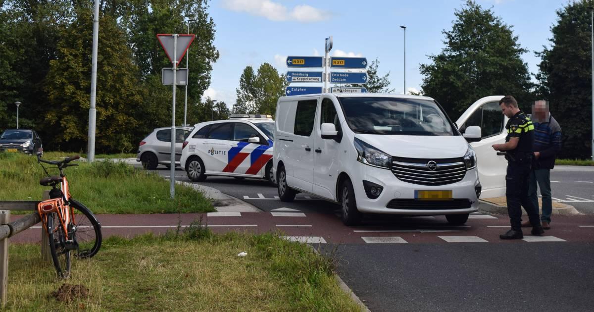 Wéér een ongeluk op Doetinchemse hoofdpijnrotonde: fietsster gewond door aanrijding met busje.