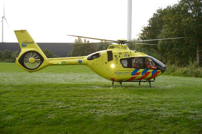 De traumahelikopter landde in een nabijgelegen weiland.