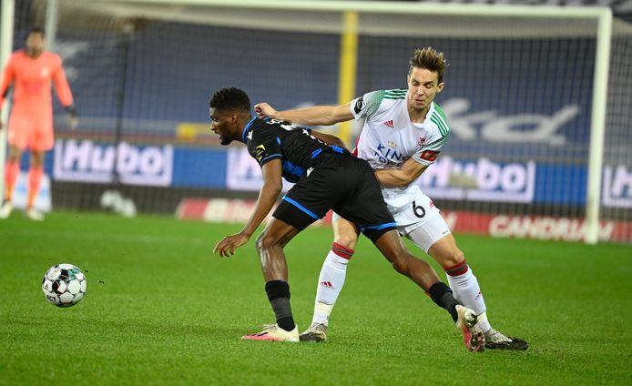 """David Hubert in duel met Mata (Club Brugge). """"Ook tegen Antwerp starten we met de bedoeling de match te winnen."""""""