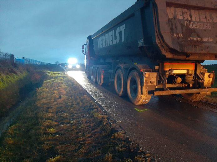 Het spijtige ongeval met de fietser en de vrachtwagen gebeurde op een kleine landweg.