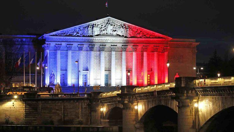 Overal ter wereld kleurden gebouwen afgelopen weekend blauw, wit, rood ter ere van de slachtoffers in Parijs. Beeld REUTERS