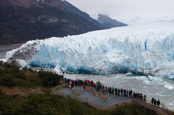 Toeristen bekijken de Perito Moreno gletsjer. Het instorten van de gletsjer Perito Moreno, die Unesco-werelderfgoed is, lokt gewoonlijk duizenden toeristen, ook al gebeurt het in maart, het einde van de zuidelijke zomer en het begin van herfst. Het fenomeen doet zich iedere twee tot vier jaar voor sinds 2004.