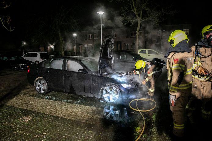De autobrand op een parkeerplaats aan de Afferdenpad in Arnhem-Zuid.