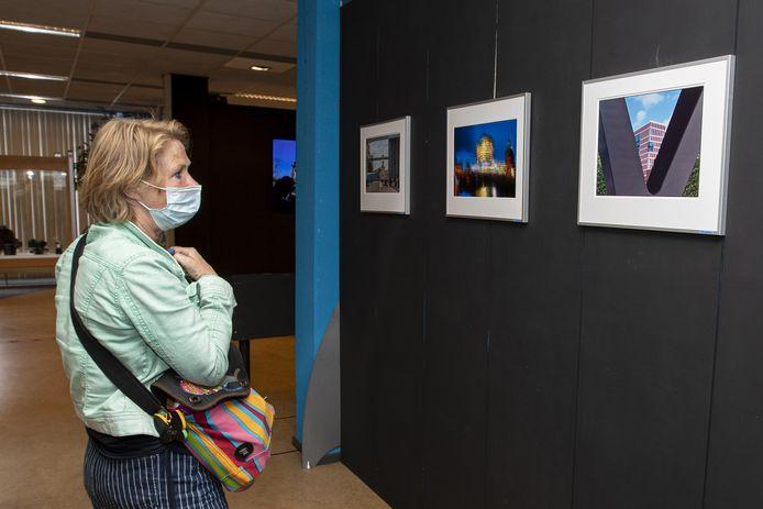 De nieuwe expositie over Almelose architectuur trok zaterdag al veel bekijks.