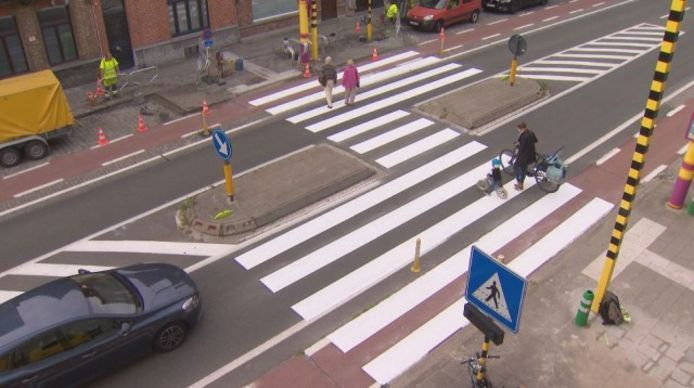 """Een 'gevleugeld' zebrapad: """"Een kleine, maar doeltreffende maatregel die het aantal ongevallen op oversteekplaatsen doet dalen"""", stelt Karel Noppe."""