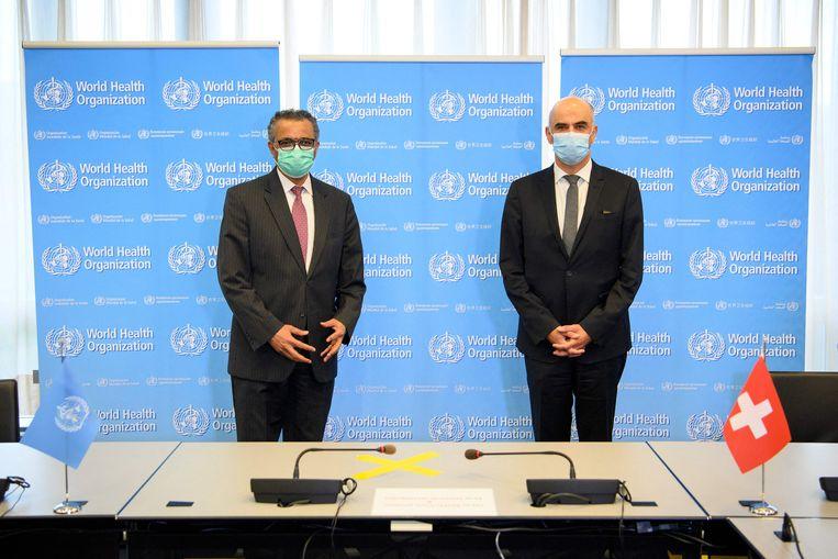 Directeur-generaal van de WHO Tedros Adhanom Ghebreyesus (links) met Alain Berset, minister van Binnenlandse Zaken van Zwitserland. Beeld AFP