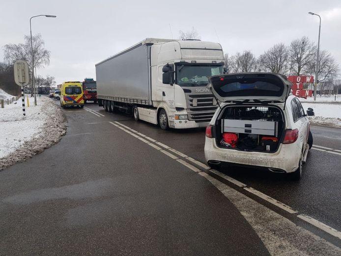 Een vrachtwagenchauffeur is woensdagmiddag gewond geraakt bij een kop-staartbotsing tussen twee vrachtwagens op de N18 bij Lichtenvoorde.