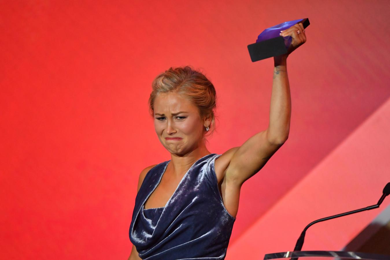 Grace Tame was zichtbaar aangedaan toen ze de prijs ontving.
