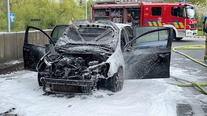De Volkswagen Golf brandde bijna volledig uit.