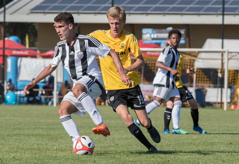 Beeld uit de finale tussen Figueirense (zwart-wit gestreept shirt) en Odense BK.