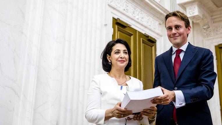Henk Nijboer (Pvda) overhandigt het verslag van de ondervragingscommissie Fiscale constructies aan kamervoorzitter Khadija Arib. Beeld anp