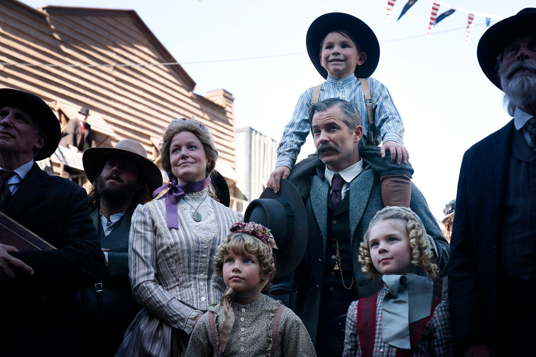 Meer dan tien jaar na de serie komen we in 'Deadwood, The Movie' weer heel wat bekende karakters tegen, ook voor hen is het inmiddels tien jaar later. Beeld Warrick Page/HBO