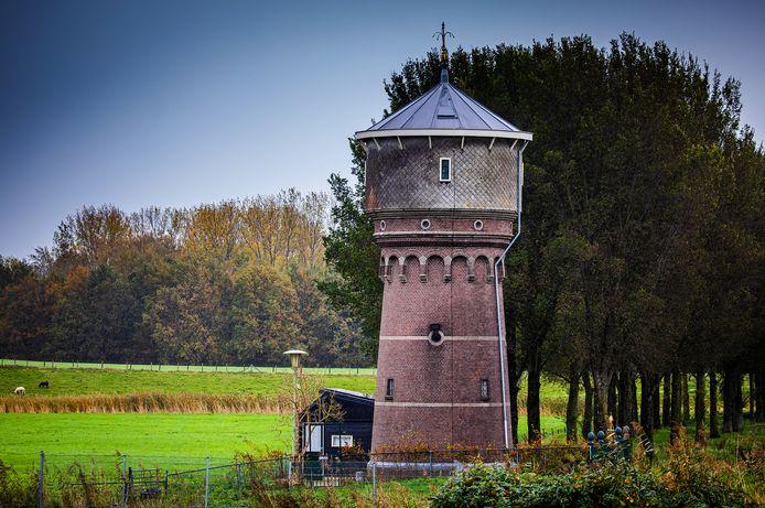 De kleinste watertoren van Nederland staat te koop.