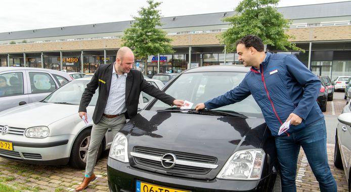 Jumbo-manager Dennis Oude Alink (links) en zijn collega Jan Willem Vrieze (Aldi) hebben al eerder geprobeerd om met briefjes langparkerende ROC-studenten te weren.