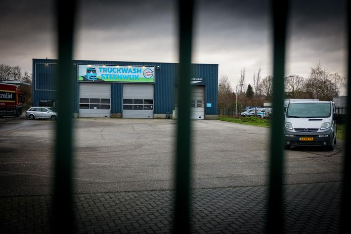 De politie vond bij een doorzoeking van dit bedrijfspand in Steenwijk meerdere gestolen en omgekatte auto's en bestelbusjes.