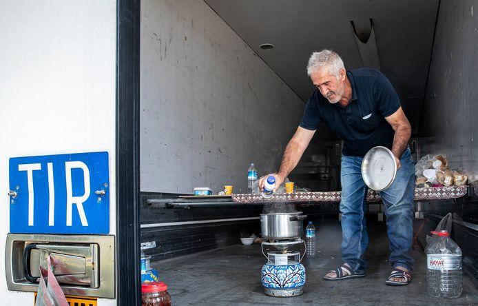 Truckers uit Turkije rusten uit bij de Insteekhaven in Helmond. Chauffeur Masallah Baykut kookt achter in zijn trailer.