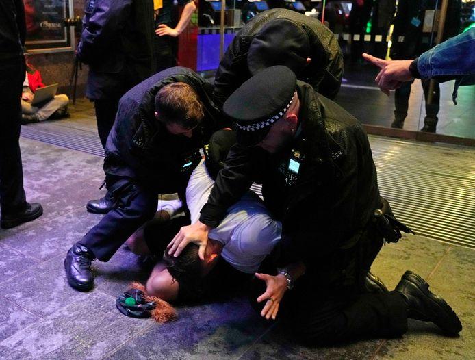 Een Schotse supporter wordt opgepakt.
