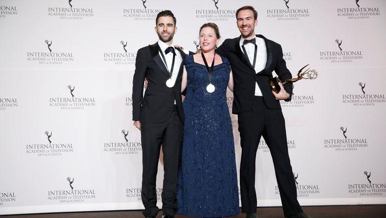Rutger Lemm, Marloes Blokker en Stephane Kaas poseren met hun Emmy Award. Beeld reuters