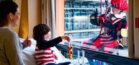 Hein (5) krijgt raambezoek van Piet in het Wilhelmina Kinderziekenhuis