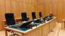 De rechters in Den Bosch hebben nu wandjes van plexiglas op hun bureaus