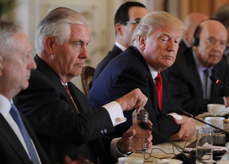 Amerikaans president Trump met aan zijn linkerkant zijn minister van Defensie, generaal James Mattis. Beeld REUTERS