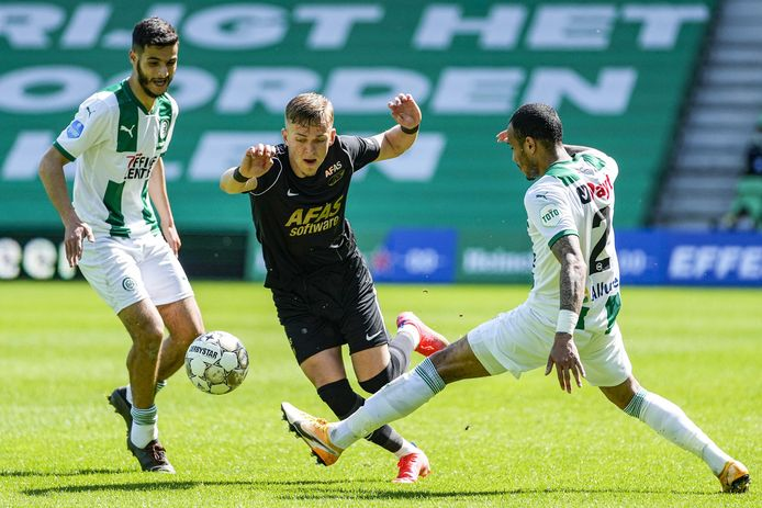 AZ-speler Jesper Karlsson komt niet door de verdediging van FC Groningen heen.