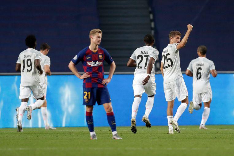 Frenkie de Jong baalt na  weer een goal van Bayern München.  Beeld Getty Images