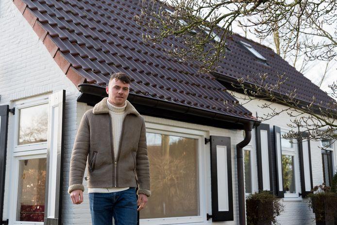 Julius Bliek bij zijn vroegere woning.
