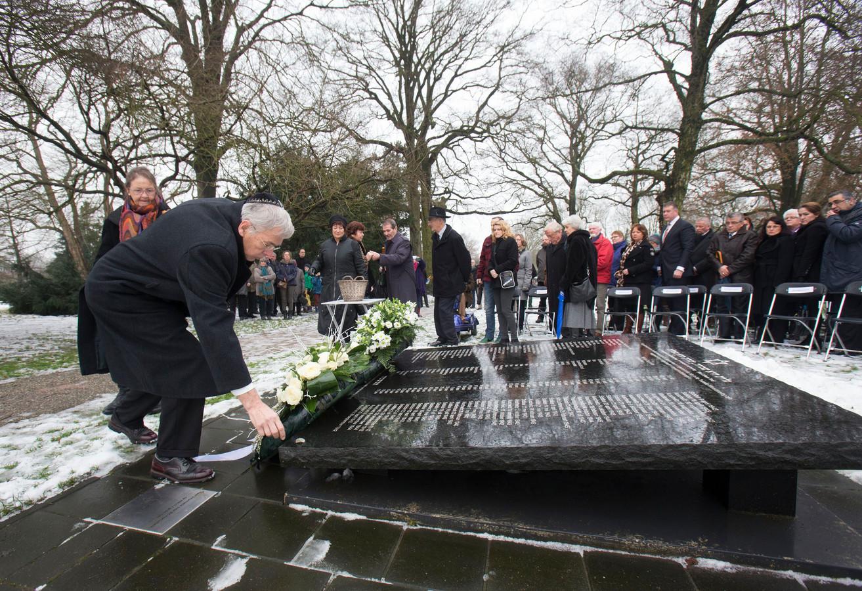 Holocaustherdenking bij het Joods monument aan de Vossenakker in Ede.